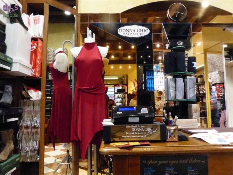 Il negozio di scarpe da ballo e per la sposa Donna Chic a Verona, in via Nizza 4, è facilmente accessibile alle persone con disabilità in carrozzina, nessuno scalino in entrata o all'interno. Calzature da ballo, sposa, cerimonia, moda.