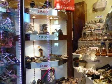 Il negozio di scarpe da ballo e per la sposa Donna Chic a Verona, in via Nizza 4, è facilmente accessibile alle persone con disabilità in carrozzina, nessuno scalino in entrata o all'interno.