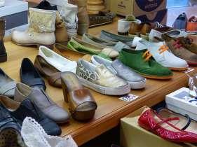 Il negozio di calzature Il Laccio, in via Diaz a Verona, ha solo un piccolissimo scalino all'entrata, nessuna barriera all'interno, ambienti spaziosi e la maggior parte delle scarpe posizionate in basso. Vasto assortimento di scarpe sportive e sneakers.