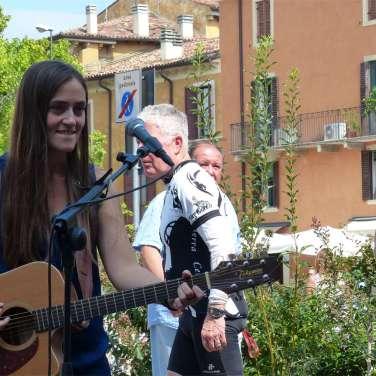 La cantante Veronica Marchi in concerto al mercato Verona Antiquaria nel quartiere di San Zeno