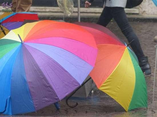 Ombrelli colorati in via Cappello per le prime piogge d'autunno