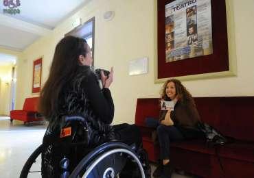 """Un incontro davvero emozionante con la potenza del sorriso di Simona Atzori - ballerina, pittrice e scrittrice - al Teatro Nuovo di Verona per presentare agli studenti il suo nuovo libro """"Dopo di te"""", testimone di accessibilità per dismappa."""