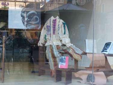 Theáomai 2 e Biblioteca Civica Ragazzi presentano L'ARTE DELLA MASCHERA NELLA COMMEDIA Mostra dedicata alla costruzione e all'utilizzo della maschera di cuoio per la scena A CURA DI ROBERTO MACCHI & MATTEO SPIAZZI