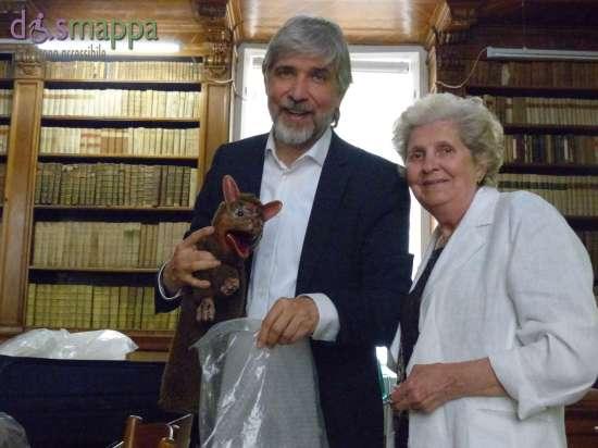 don marco campedelli con uno dei suoi burattini e la mamma alla biblioteca civica di verona