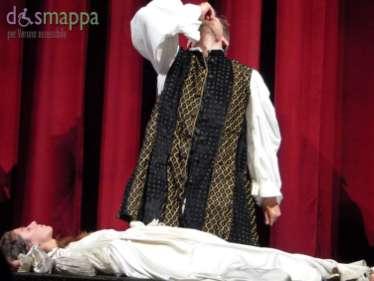 La città di Verona, insieme alla magia del centro storico, al fascino delle piazze e dei palazzi, è protagonista di questo Spettacolo quanto la forza immortale dell'amore contrastato di Romeo e Giulietta. Verona diventa quindi palcoscenico ideale e gli spettatori, presi per mano dai protagonisti, vengono accompagnati attraverso una sintesi del capolavoro di Shakespeare che continua ad incantare toccando il cuore di tutti nel Cortile di Giulietta (Via Cappello, 23) e negli spazi del Teatro Nuovo. di Verona. Con Katia Mirabella, Riccardo Maschi e Mario Monopoli