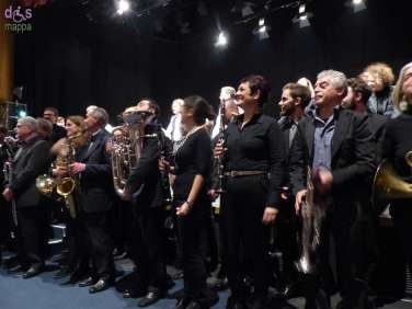 Il gran finale e gli applausi per Marco Pasetto con la Big Band Ritmo Sinfonica Città di Verona e Roberto Totola con gli attori di Punto in Movimento al Teatro Camploy dii Verona