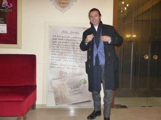 Paolo Valerio e Paola Degiuli (regista e aiuto regista di Le ho mai raccontato del vento del Nord) in posa con le gigantografie delle lettere inviate a Giulietta, in mostra questa settimana al Teatro Nuovo di Verona