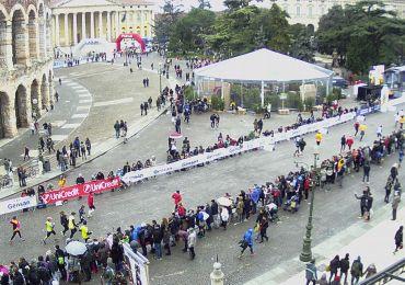 Anche l'odierna maratona di Giulietta e Romeo conferma la mancanza di attenzione per la visuale di bambini e persone in carrozzina: tutto il percorso dell'arrivo in Piazza Bra è oscurato da transenne con banner pubblicitari... meglio guardarla da casa con le webcam