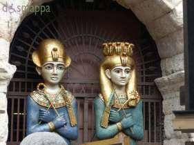 Le scenografie di Aida fuori l'Arena di Verona: sfingi e mummie per la gioia dei turisti e dei fotografi