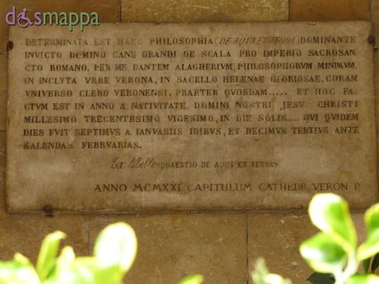 Sulla destra dell'ingresso della Chiesa di Santa Elena a Verona (non accessibile) è presente una lapide, posta per ricordare che Dante Alighieri il 20 gennaio del 1320 scelse questo luogo per la pubblica lettura della sua opera Quaestio de Aqua et Terra (Questione sull'acqua e sulla terra).