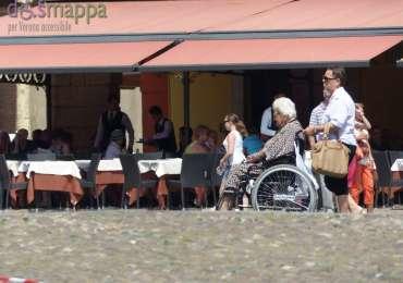 20150613 Anziana signora carrozzina Piazza Bra Verona