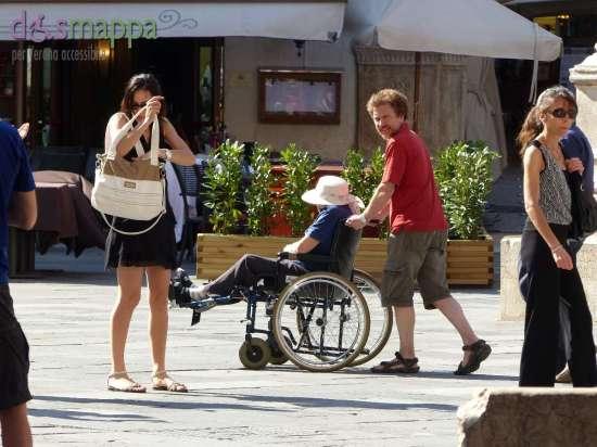 20150620 Turisti carrozzina Piazza Dante Verona dismappa 377
