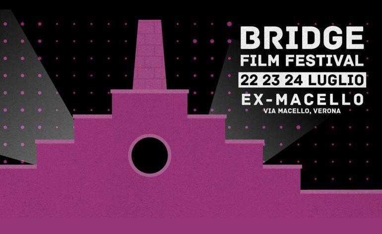 """Il Bridge Film Festival torna con film originali ed innovativi in uno spazio non molto """"battuto e sfruttato"""" (i luoghi del festival sono accessibili, ma entrambe le entrate al complesso dell'ex macello hanno scivoli abbastanza ripidi, potrebbe servire un aiuto). Quest'anno però siamo un festival, non siamo una rassegna, siamo più carichi e certi che mai che amiamo organizzare un festival di cinema, siamo vicinissimi al fiume e quasi sul ponte Aleardi, siamo sostenuti da diverse scuole di cinema che hanno mandato i loro lavori apposta per voi. Abbiamo una giuria, come sempre un bar che segue gusti e tematiche dei film in programma. Programma del Festival: _dalle 17:00 alle 19:00 proiezione di cortometraggi fuori concorso, Sala Birolli. _dalle 17:00 alle 24:00 BFF bar all day long. _alle 19:30 Live Performance/Events _alle 21:00 proiezione di cortometraggi in concorso, Coritle Ex-Macello _alle 21:30 proiezione lungometraggi in concorso, Cortile Ex-Macello"""