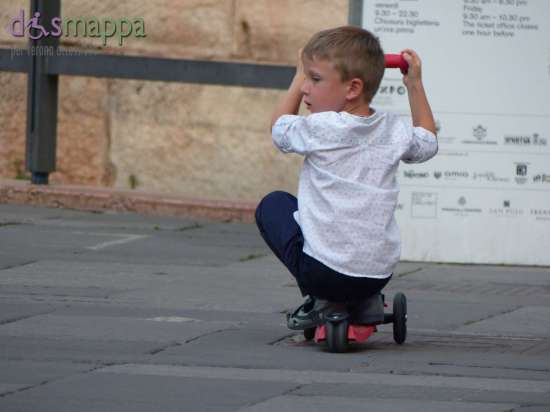 20150907 Bambino monopattino Piazza dei Signori Verona dismappa 7