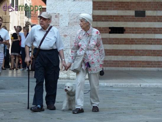 20150918 Coppia anziani mano nella mano Verona dismappa 2