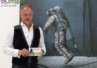 L'artista Michael Najjar testimone di accessibilità per dismappa all'inaugurazione della sua mostra Outer Space alla Galleria Studio La Città di Verona.