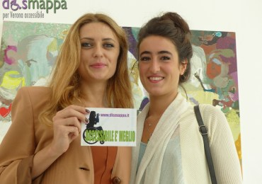 La pittrice moldava Victoria Stoian e Clara Sofia Rosenberg curatrice della mostra Rallenting. Codri earthquake testimoni per dismappa all'inaugurazione alla Galleria Studio La Città