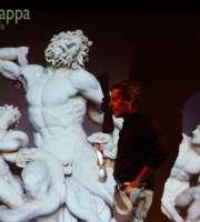 """Carlo Vanoni presenta in anteprima il suo nuovo progetto raccontando i motivi che lo hanno portato a Michelangelo. Un incontro che ci conduce direttamente dentro il """"cantiere"""" per darci l'opportunità di sbirciare gli appunti e gli spunti, ascoltare musiche rock e frammenti di sceneggiatura già scritta, assistere a improvvisazioni, intuizioni e proiezioni d'immagini per raccontare gli aspetti noti, e meno noti, del più grande artista di tutti i tempi. C'è il Michelangelo uomo e il Michelangelo artista, Michelangelo al servizio dei potenti, Michelangelo sempre e comunque attaccato ai soldi, le sue opere, il rapporto con i potenti, Roma e Firenze, i capolavori e gli aneddoti."""