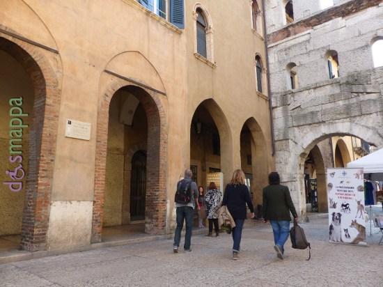 All'ombra di Porta Borsari, sulla facciata del civico 57, ora c'è una nuova targa in marmo. Si legge: «Poi si rivolse, e parve di coloro / che corrono a Verona il drappo verde / per la campagna; e parve di costoro / quelli che vince, non colui che perde». Divina Commedia, Inferno, quindicesimo canto. Dante Alighieri, durante il periodo alla corte degli Scaligeri, fra il 1312 e il 1318, ebbe probabilmente l'occasione di assistere al Palio del drappo verde, citato nei suoi versi.