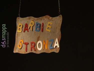Scritta Barbie stronza nello spettacolo Del mondo che amo con Eliana Cantone