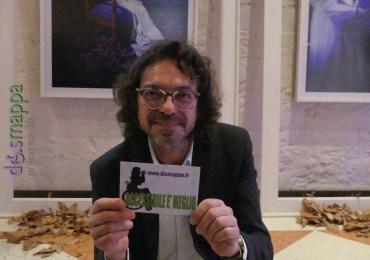 L'artista e fotografo Gianluca Balocco testimone di accessibilità per dismappa all'inaugurazione della sua mostra The surprise of life. La via in blu al Palazzo della Ragione di Verona