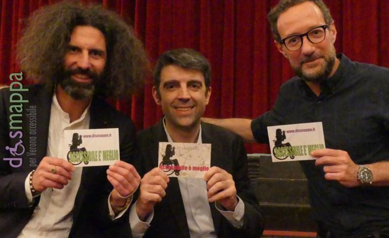 I comici Gianni Cinelli, Davide Paniate e Federico Basso (Trio Boiler) testimoni di accessibilità per dismappa dopo il loro Show solidale al Teatro Nuovo di Verona