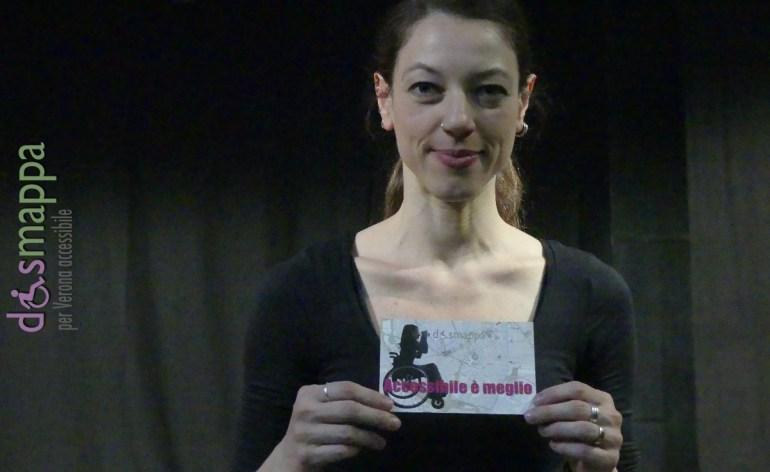 La regista Emilia Guarino testimone di accessibilità per dismappa dopo il suo spettacolo Que solo quiero despertarte alla Fucina Culturale Macchiavelli di Verona.