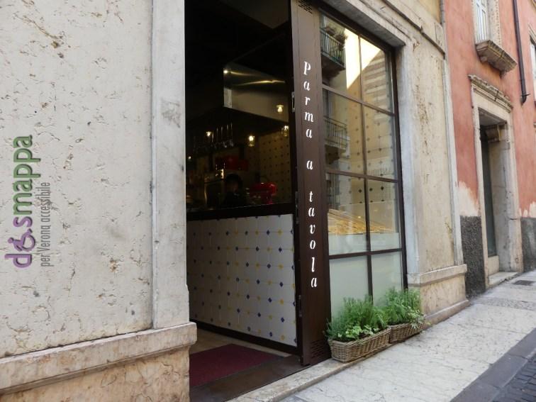 La nuova gastronomia e ristorantino Parma a tavola, in Corso Santa Anastasia 20, è accessibile a livello della strada, c'è solo un piccolo scalino. Per accedere alla sala del primo piano e al bagno c'è una scala. I tavoli per le degustazioni sono alti, ma la gentile chef Claudia valuterà la possibilità di metterne almeno uno ad altezza carrozzina. Niente fronzoli da chef stellati, ma prodotti freschi e genuini preparati al momento nella cucina a vista (con vetrina sul Corso).