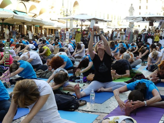 20160621 International Day Yoga Piazza Erbe Verona dismappa 1029