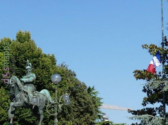 La bandiera francese a mezz'asta è esposta da ieri in piazza Bra, a fianco della bandiera italiana, sui pennoni posizionati di fronte al Liston. Lo ha deciso l'Amministrazione comunale, in segno di solidarietà e vicinanza della comunità veronese alla Francia dopo la terribile strage a Nizza.