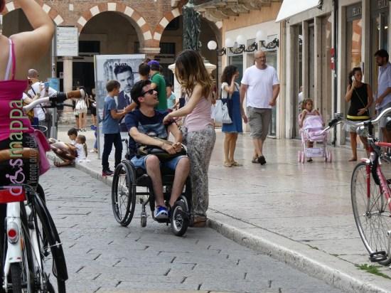 20160724-coppia-disabile-carrozzina-piazza-erbe-verona-dismappa-694
