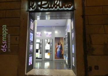 """Ha da poco preso il posto dello storico negozio di souvenir affacciato alla statua di Dante il self service """"Il Rubino"""". Aperto 24 ore su 24: lo scalino di accesso è degradante, ma sulla destra facilmente superabile in sedia a rotelle. I distributori automatici vendono snack dolci e salati, bibite calde e fredde."""