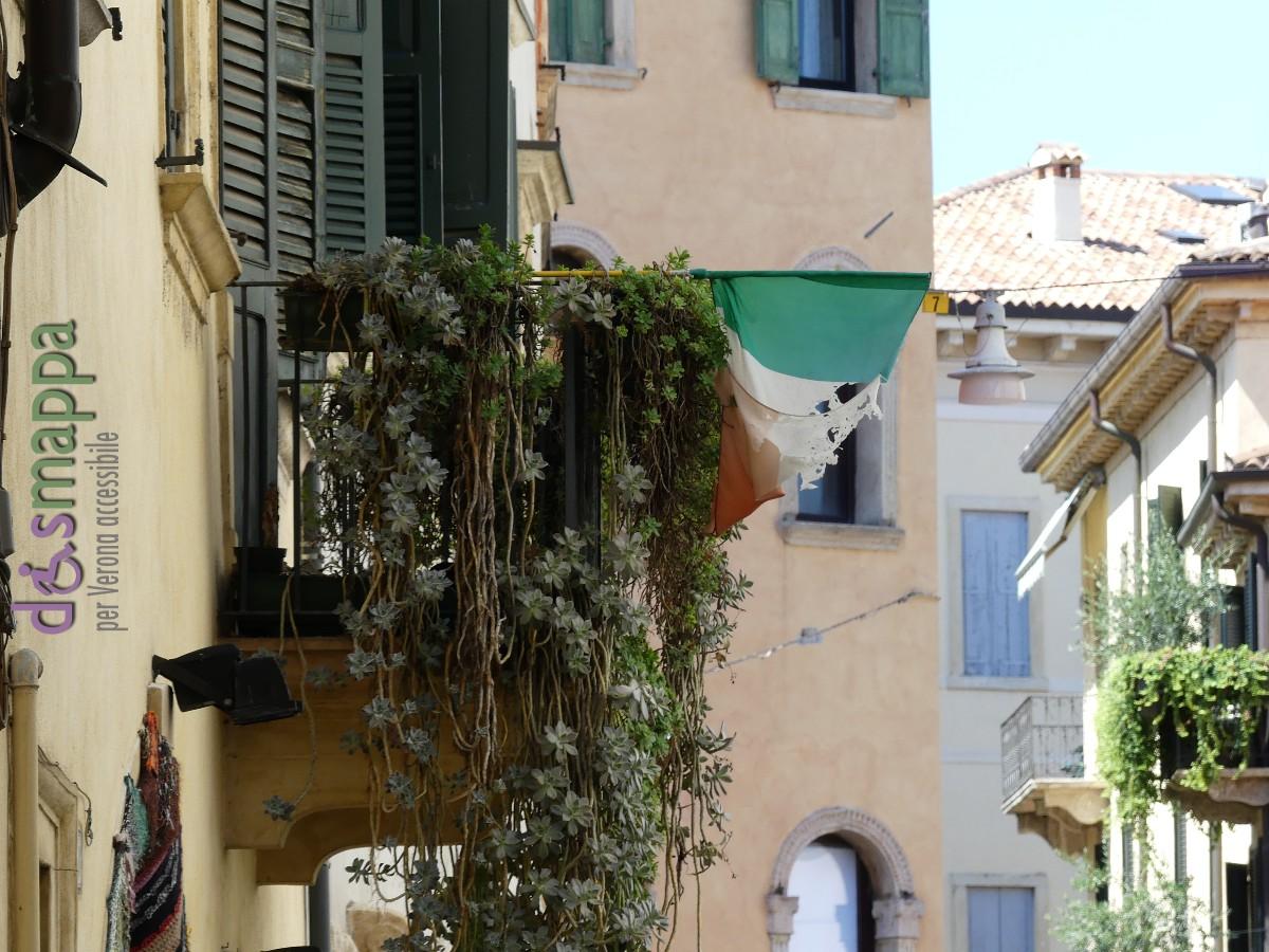 20160813 Bandiera italiana brandelli Verona dismappa 760