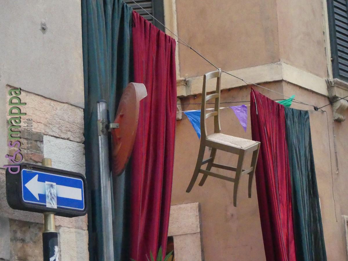 La sedia (carega in dialetto veronese) appesa all'entrata della festa carega in tavola