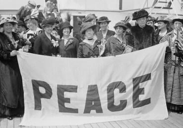 Donne grande guerra con bandiera di pace