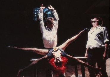 EL EXILIO DE GARDEL regia di Fernando E. Solanas 1985 Verso la fine degli anni settanta un gruppo di artisti argentini in esilio a Parigicercano di mettere in scena uno spettacolo di musica e danza, dedicato al grande cantante e attore Carlos Gardel, per uscire dall'apatia dell'esilio.