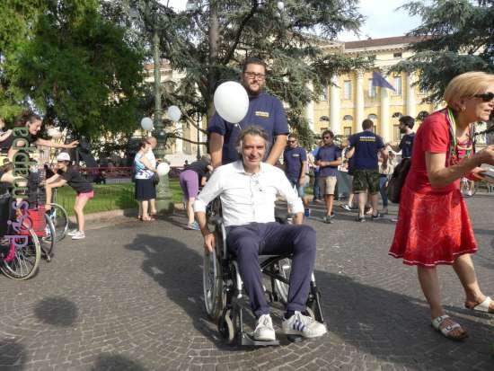 Il candidato sindaco Federico Sboarina in carrozzina per la Skarrozzata