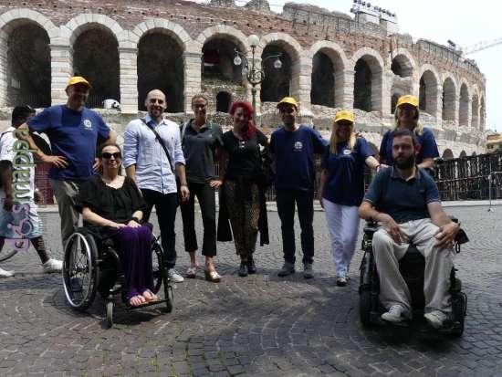 il team dell'app verona smart&easy con dismappa davanti l'arena di verona