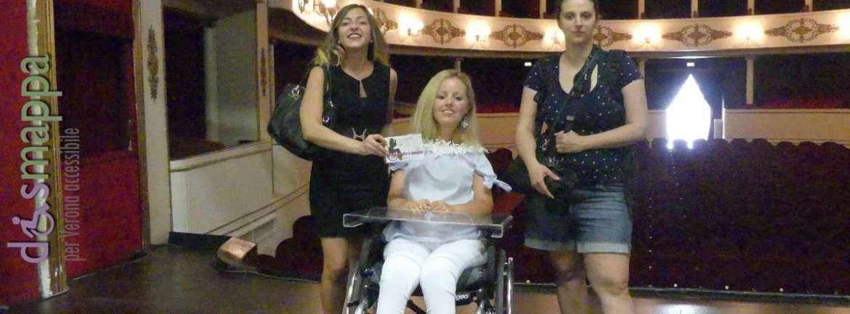 Le giornaliste Alessia Bottone e Valentina Bazzani, con Elettra Bertucco, sul palco (accessibile) del Teatro Nuovo dopo la registrazione del Manifesto dei Teatri Accessibili per il documentario Vorrei ma non posso