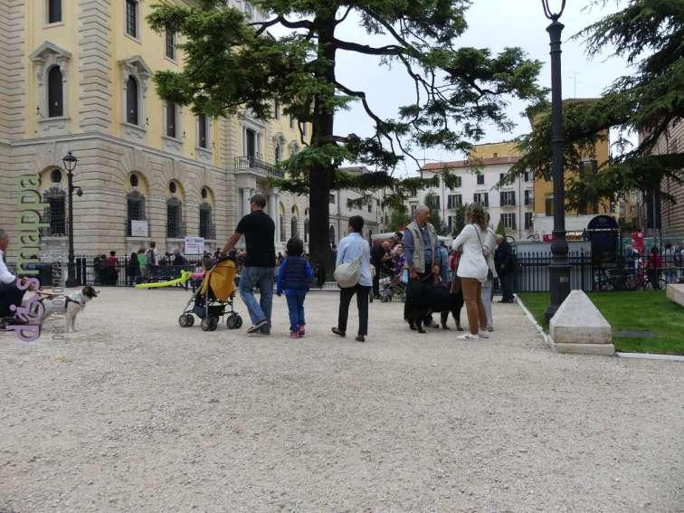 Famiglie a Verona per il Tocatì passeggiano nei giardini di PIazza Indipendenza