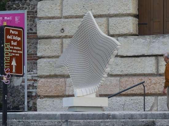 L'installazione Organic, del designer di Chiampo Raffaello Galiotto esposta al Palazzo della Gran Guardia