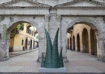 La scultura Agave in marmo verde a Porta Borsari per Marmomac and the City 2017