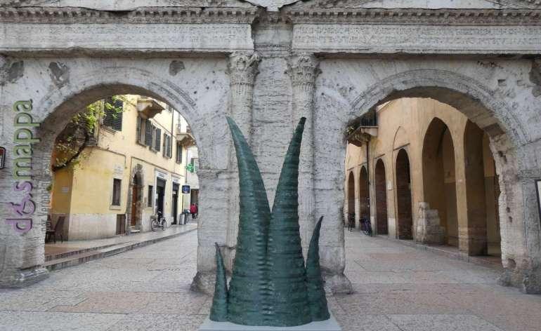 La scultura Agave in marmo verde a Porta Borsari per Marmomac and the City 2017