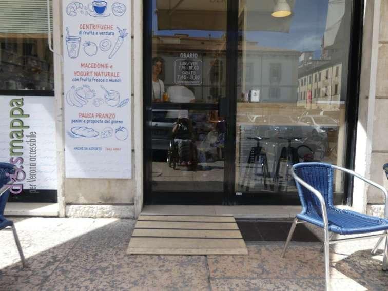 la nuova rampa disabili alla caffetteria drsut di piazza nogara a verona