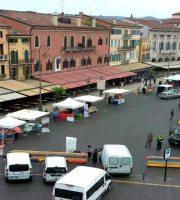 Apre tra poco la Festa del Volontariato del CSV, ecco i preparativi visti dalla webcam streaming di Piazza Bra