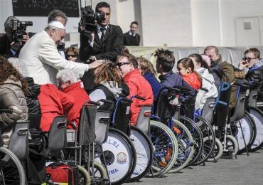 Papa Francesco incontra un gruppo di fedeli con disabilità in sedia a rotelle