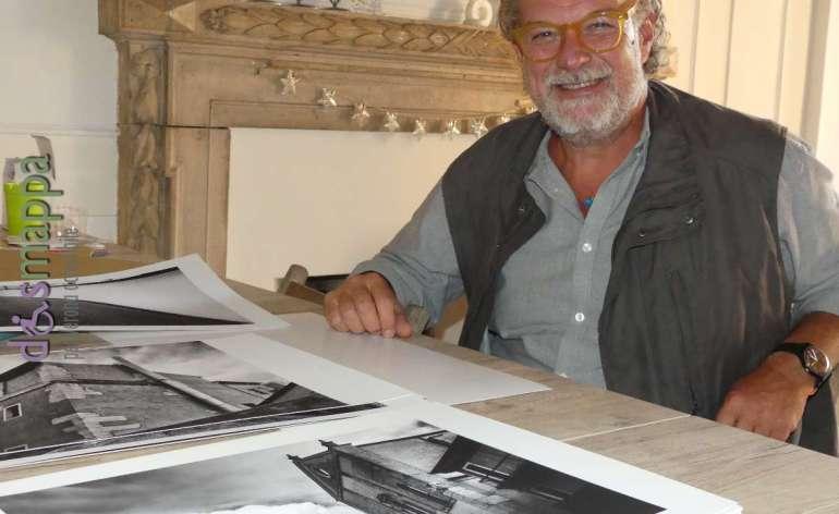 Il fotografo Vittorio Rossi con le fotografie della mostra per la biblioteca frinzi di verona