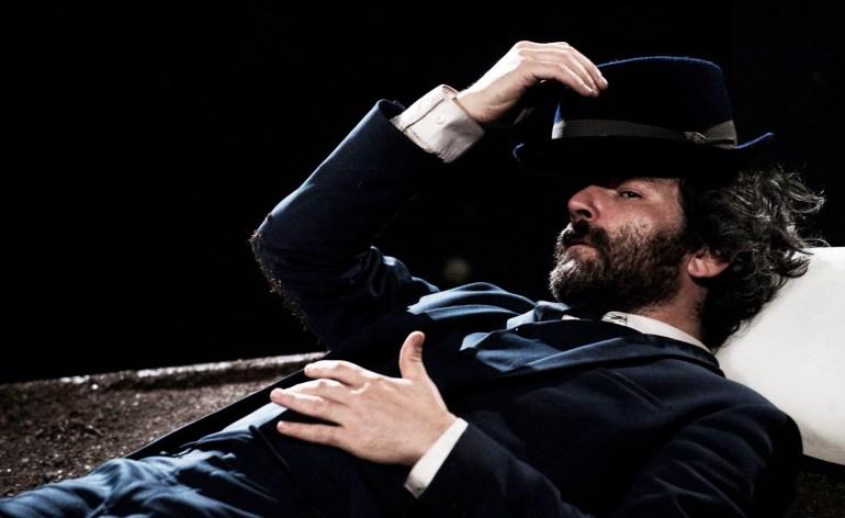 """Venerdì 16 marzo ore 21 al Teatro Laboratorio di Verona è di scena lo spettacolo """"La conquista della felicità"""" secondo Bertrand Russell. Filosofo, matematico, attivista, pacifista, novantotto anni pieni di lotte, di fallimenti, di amori, coronati dal premio Nobel per la Letteratura. Alcune leggende raccontano di come, in prossimità della morte, la vita ci scorra davanti per l'ultima volta. Russell, abito elegante, sguardo stupito, fragile e potente, sale su una zolla di terra e inizia il suo ultimo viaggio alla ricerca del mistero della vita. Rivive una a una le sue grandi passioni: le sue donne e le sue lotte, in un continuo equilibrio tra estasi e sconfitte. L'uguaglianza di genere, l'opposizione alla guerra, la prigione, i viaggi, l'educazione, l'incontro con Einstein, l'amore libero, i diritti delle minoranze. Russell è in prima linea ovunque scorga ignoranza, discriminazione e prepotenza, per lui i veri ostacoli verso la conquista della felicità. Con Stefano Pietro Detassis"""