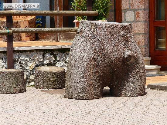 Il tronco che sembra una scultura femminile