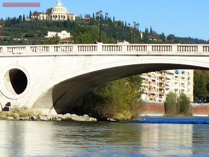 L'Adige e i ponti del centro di Verona in una assolata mattina di dicembre